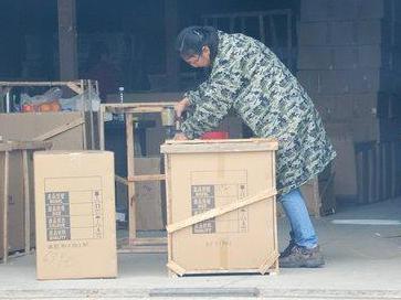 长、短途都接 为节省成本货运部老板娘亲自打包