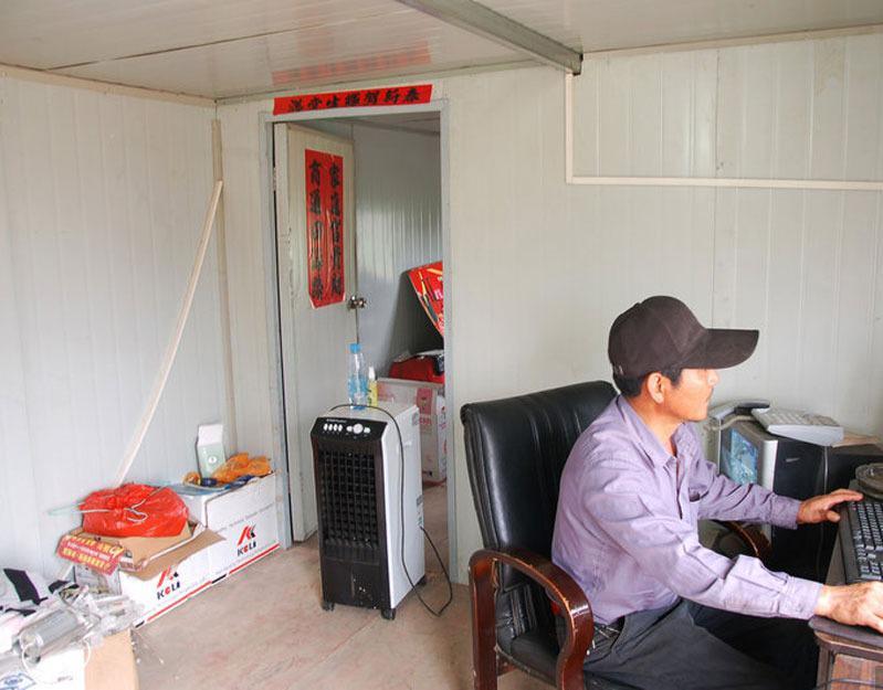 大床房+办公室 小老板竟将废弃卡车改造成房车