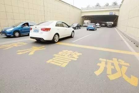 隧道里的积水线真的可靠么?99%的司机都不一定知道