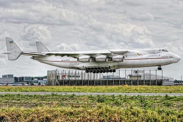 世界最大飞机要落户中国载重250吨可背航天飞机
