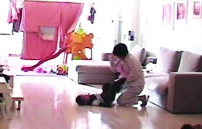 保姆为了涨工资竟故意刮伤宝宝的脸?但老公却笑了!
