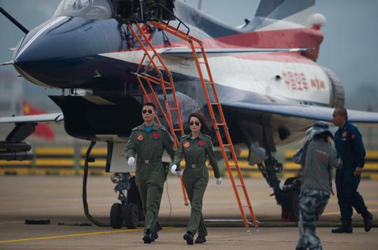 怪不得美军F22服役的并不多,培养一个飞行员几个亿
