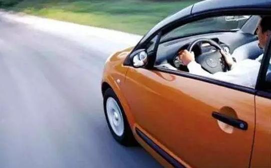 高速路上为什么不能开同侧窗?