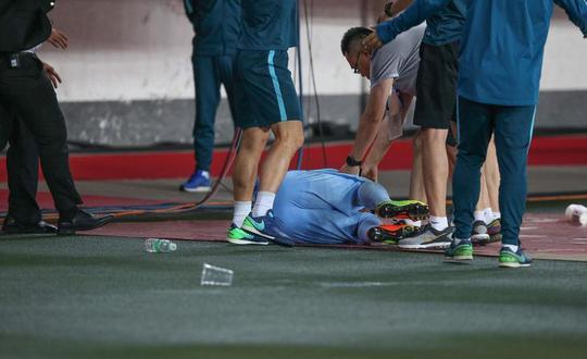 苏宁球员被砸倒!恒大恐将遭到中国足协的严厉处罚