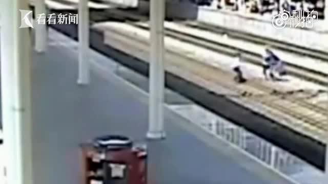 生死47秒!男子幻想被人追杀跳轨 铁路员工奋不顾身营救