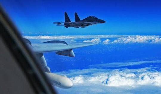 两架战机直接逼走美侦察机 中国也学会了俄罗斯这招