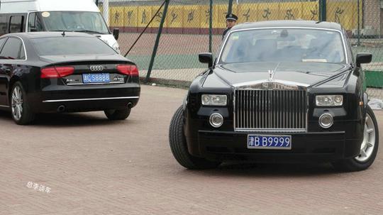 津bb9999,旁边还有津cs8888奥迪a8l,奥迪a8是豪车,rr则是顶级豪车.