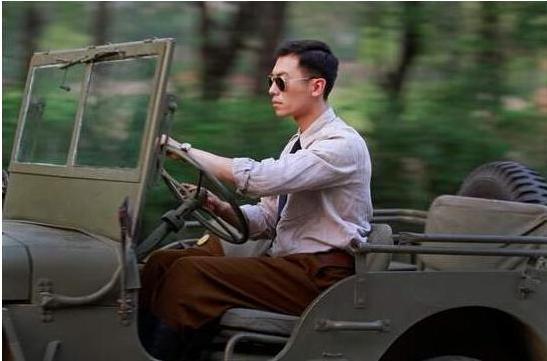 """他是荧屏""""十大硬汉""""之一,跑车送老婆,座驾硬汉派"""