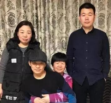 王宝强姐弟三人与母亲