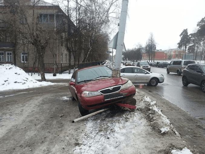 车主在路上飙车发生意外, 离奇现场让交警拍手称奇
