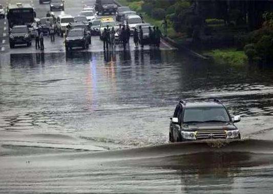 厉害了!雨天涉水 电动汽车竟然比传统燃油车要好