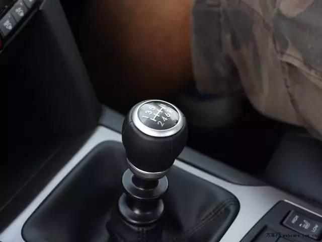 高速行进刹车失灵时, 该不该拉手刹?
