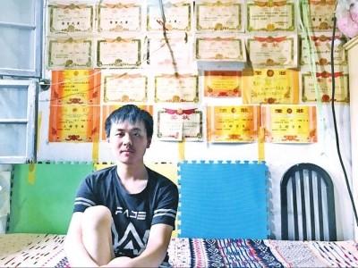阳光帅气的贾超凡一直是个好学生 记者高志强牛静芳摄影