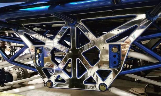 车架发动机进行重新的手工打造,变速箱传动采用的结构类似机械工程车.