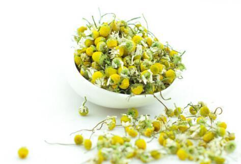 做法:将甘菊放入锅中,加水煮成茶汁;将花朵过滤掉留下茶汁;使用时将茶汁敷在脸上,盖上面膜纸即可;敷约20分钟后可洗干净。