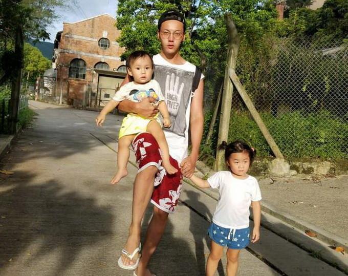 """陈伟霆带外甥女出门 并称自己是""""霸霸""""一手牵着一手抱着像模像样"""