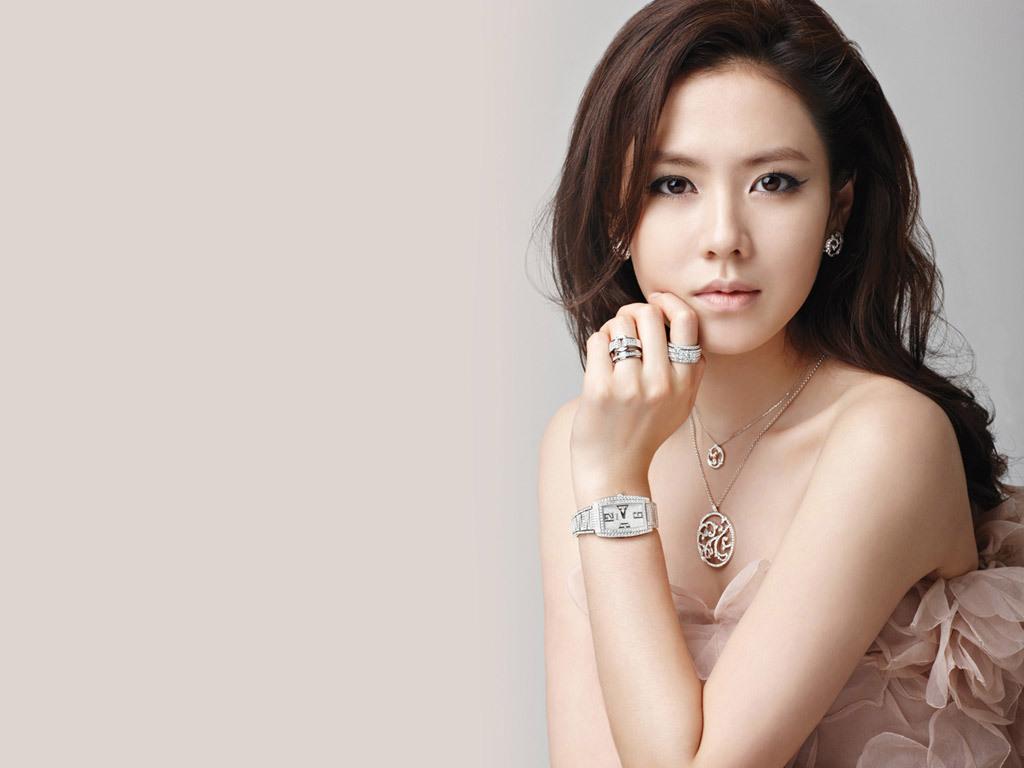 韩国明星手绘照片