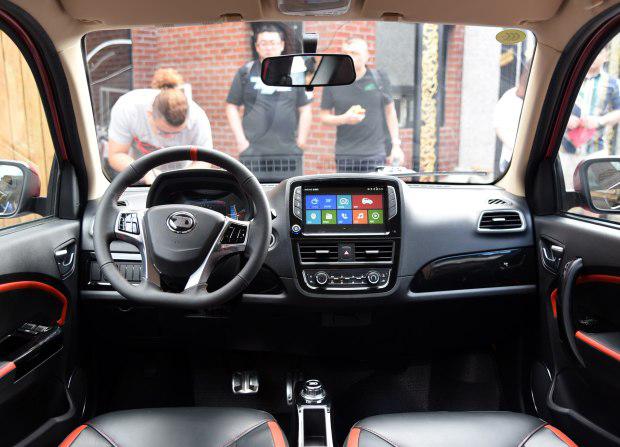 穿梭在拥挤的城市中,买一款电动微型车好不好?