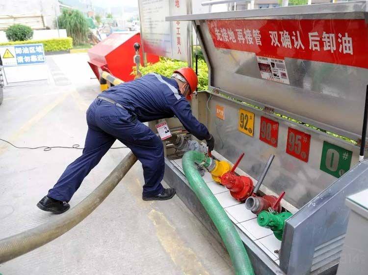 运油车和加油机都是一样的,为何里面的油分92#和95#