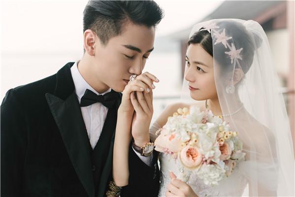 好了,现在回到开头说的那个话题吧。和陈妍希结婚后,陈晓为什么变沧桑了?我们先来看看两人台上的照片吧。