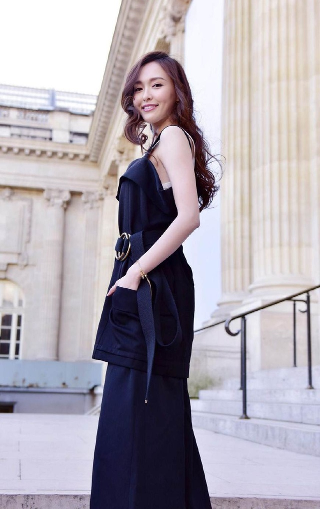 唐嫣最新时尚大片上线!一身黑色显得胖了好几十斤