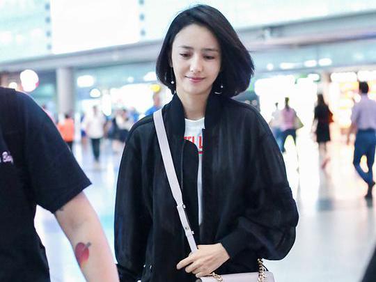 佟丽娅素颜现身机场笑容甜美大秀美腿,发型不适合她