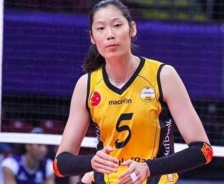 用左手吃饭的朱婷让谁难堪?中国体育为何频繁毁巨星