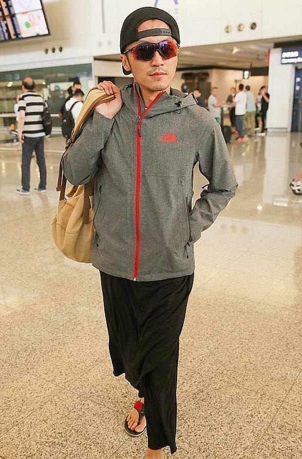 谢霆锋现身机场上半身帅气十足