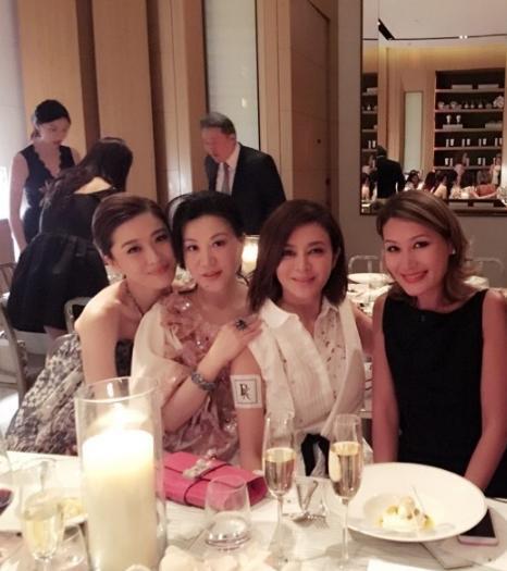 关之琳参加晚宴和朋友这样做,网友:想起当年那事儿