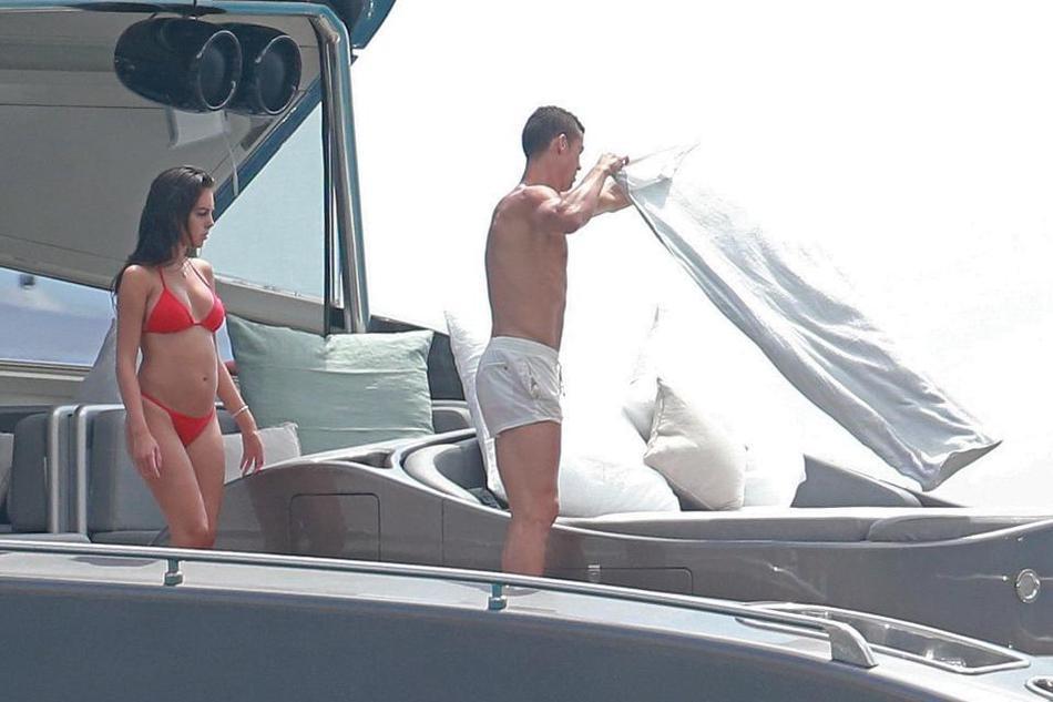 C罗和女友度假被偷拍: 摸臀拍屁屁,红色比基尼抢镜