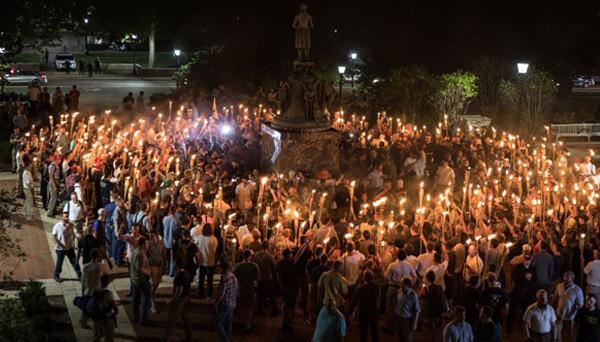 美国弗吉尼亚州发生大规模冲突 一辆汽车冲入集会人群致多人受伤
