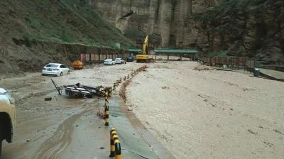 甘肃景区突发暴洪 黄河石林景区296名游客被困沟中
