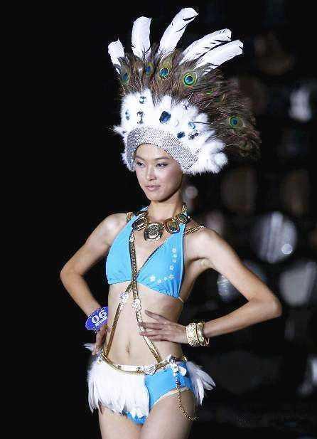 16岁参赛被奖3万,她如今成国际超模,同刘德华飚戏
