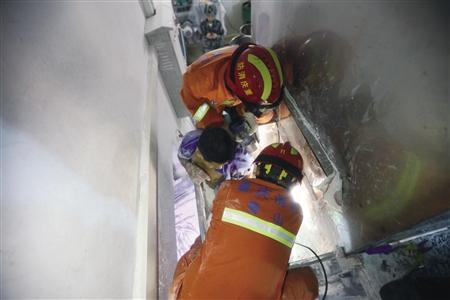 工人右腿卷搅拌机 由于消防等部门救援及时小腿被挤断但无生命危险