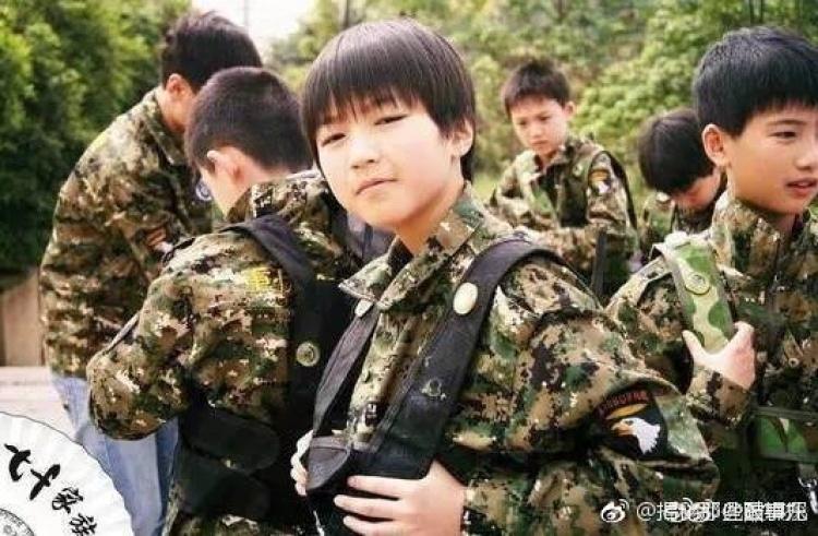 王俊凯军训照曝光,迷彩装也遮挡不住他的帅气啊!