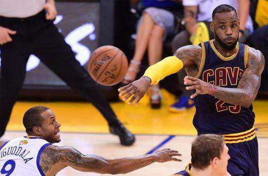 NBA现役助攻榜5大球星,保罗第一,第二名竟不是控卫