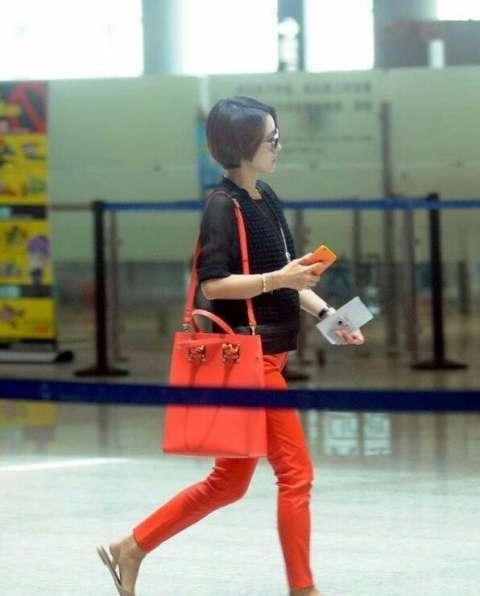 马伊琍现身机场,终于舍得打扮自己,网友:漂亮