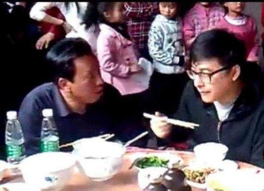 李湘回家祭祖全程带墨镜,餐桌上的菜一下也没动!