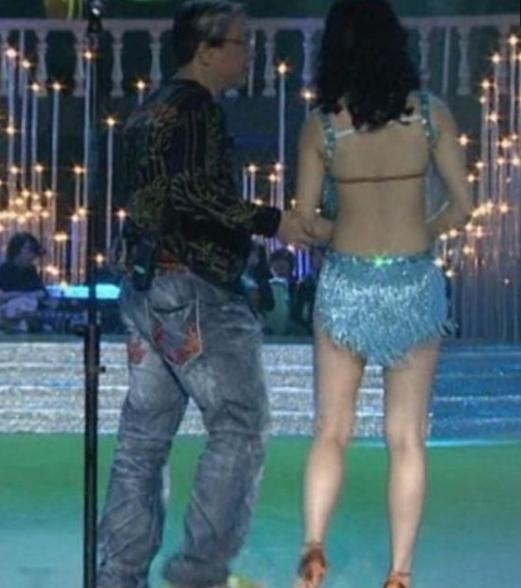 她是唯一因穿着太暴露而被赶下央视舞台的女星