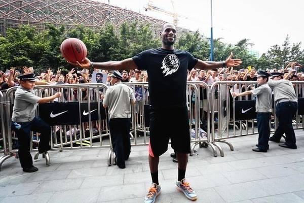 """为何NBA黑人球星都想来中国行?女粉拿""""球""""吸睛"""