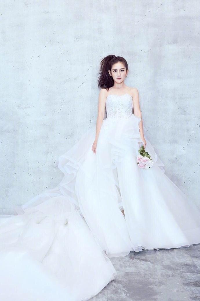 谢娜与李小璐都穿婚纱,两人差距十万八千里