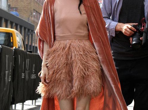 张碧晨出席纽约时装周满屏尴尬,胸部下垂,满腿伤疤