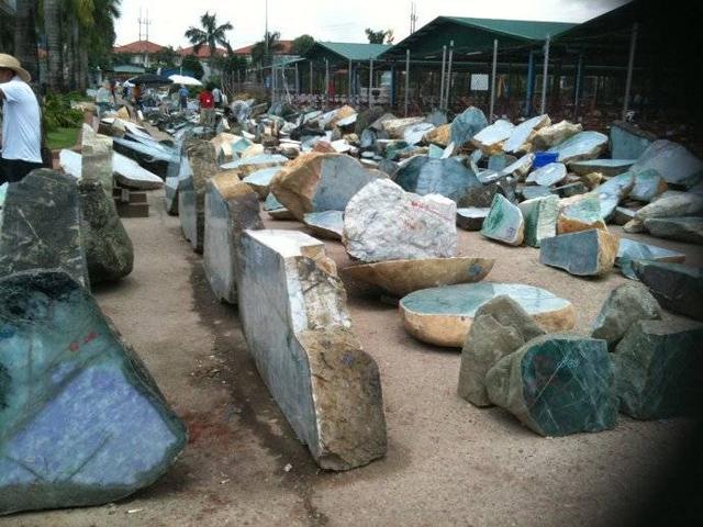 三百万的翡翠原石切开后全是裂,没有浪费料子
