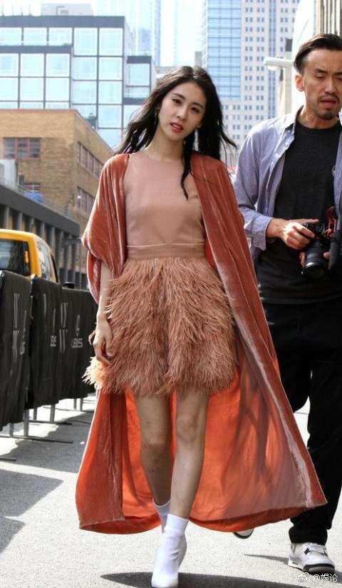 张碧晨出席时装周, 可网友只注意到腿怎么了