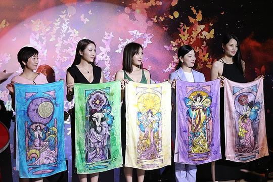 实拍:5个男模30米T台演绎饱含艺术元素的神秘丝巾