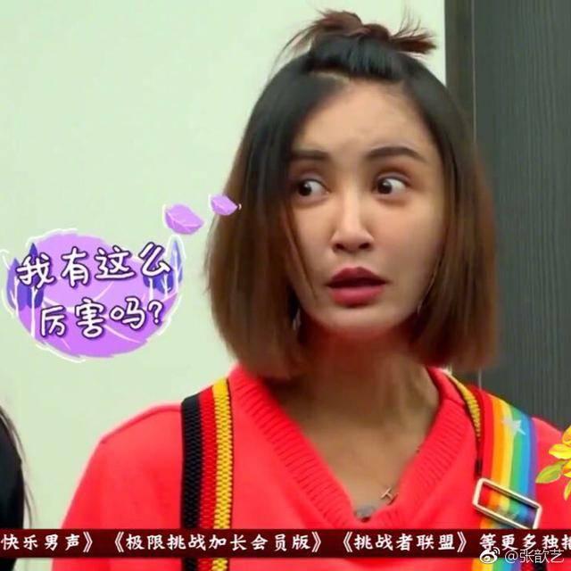 """张歆艺出席活动表情失控成灾难,被旁边47岁端庄的""""雪姨""""美到了"""