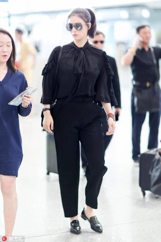 """穿黑色显瘦?""""娘娘""""蒋欣这么爱穿黑色却仍挡不住她壮实的身材"""