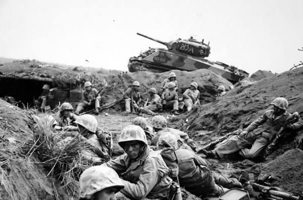 美军抢滩登陆后敌人不见踪影! 重火力扫射躺倒一大片