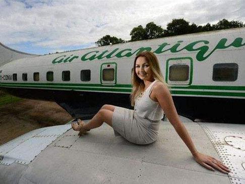 厉害了我的姐!美女化妆师把飞机打造成美妆沙龙店