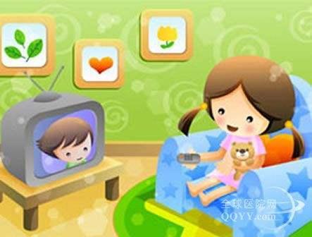 边看电视边吃东西,容易加重宝宝的消化负担,影响消化功能,长期如此,还